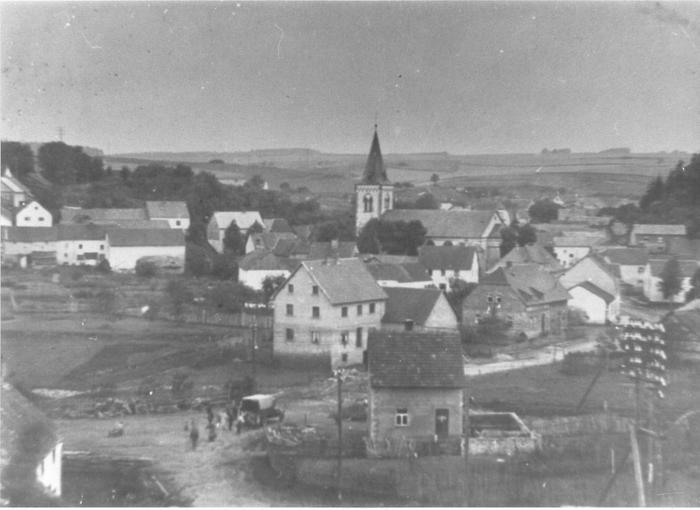 Blick auf Bahnplatz u. Kirche um 1940